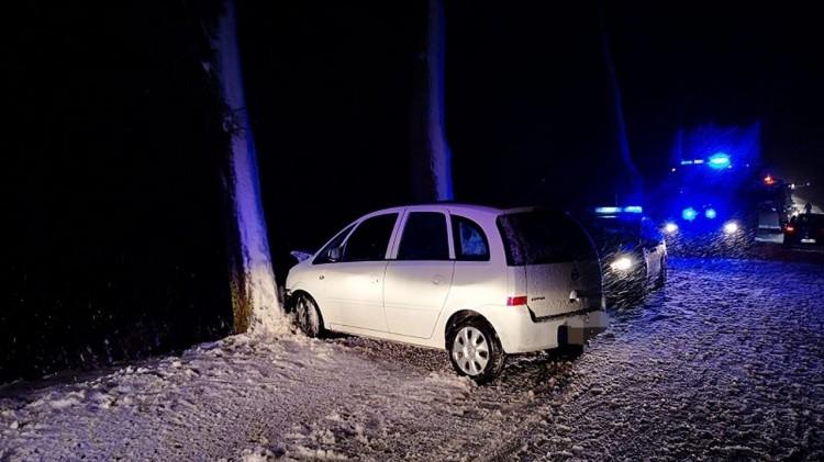 DW515. Wpadł w poślizg i uderzył w drzewo. Dwie osoby trafiły do szpitala.