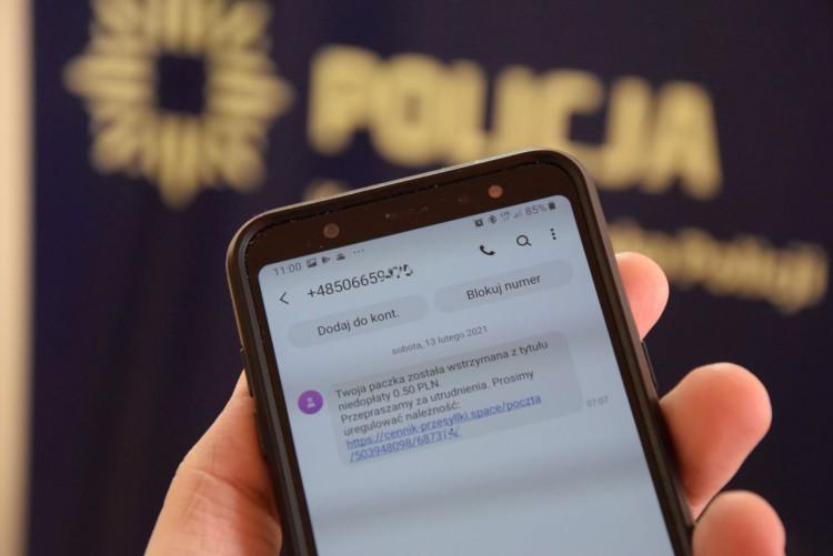 Dostałeś SMS-a z dopłatą do przesyłki? Uważaj - to oszustwo.