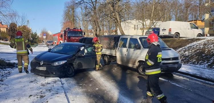 Zderzenie osobówek na oblodzonej drodze - raport sztumskich służb mundurowych.