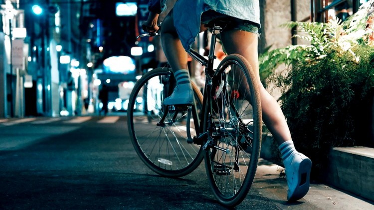 Sztum. Szlaczkiem po drodze – rowerzysta na podwójnym gazie.