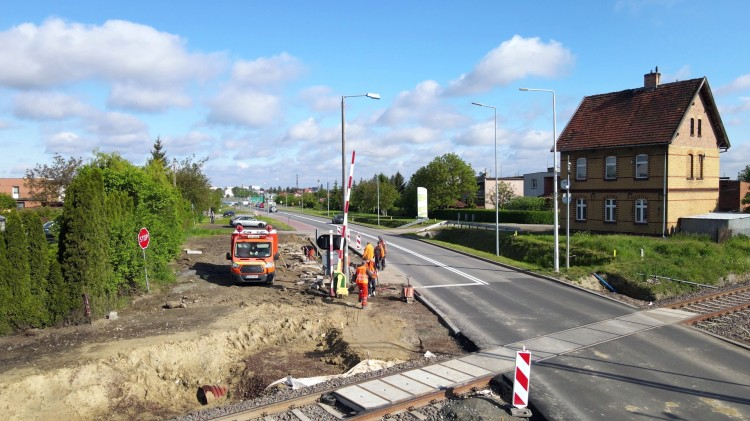 Nowa Wieś Malborska. Drogowcy budują brakującą ścieżkę pieszo-rowerową. Czy to już koniec modernizacji linii kolejowej 207?
