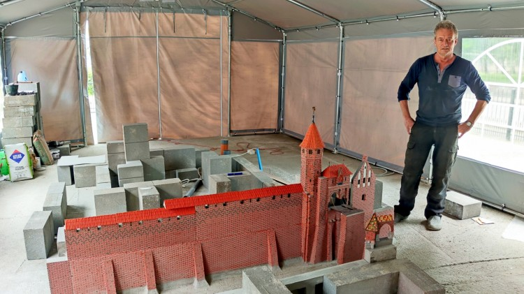 Malbork. Budowa nowej miniatury zamku pod namiotem [wideo, zdjęcia]