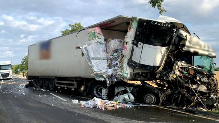 DK22. W wyniku zderzenia ciężarówek jeden z kierowców trafił do szpitala.