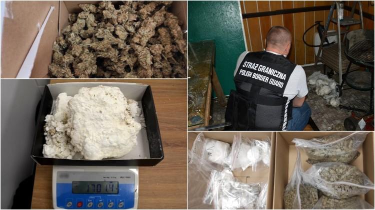 Na widok funkcjonariuszy Straży Granicznej schował się z narkotykami pod podłogę.