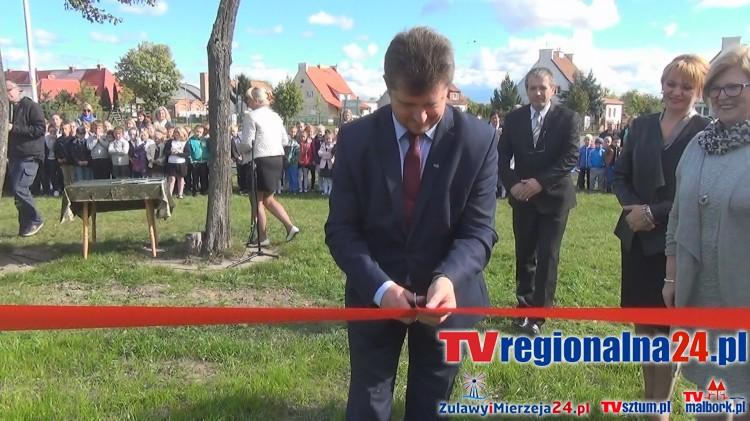 """Uroczyste otwarcie placu zabaw """"zielony zakątek"""" przy Szkole Podstawowej nr 8 w Malborku – 28.09.2015"""