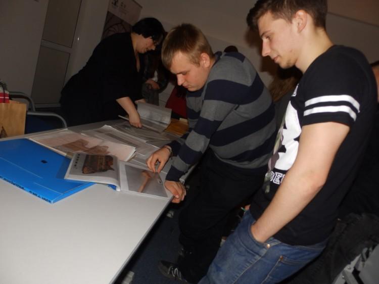 Młodzież klasy 2a z ZSP Nr 2 w ramach innowacji programowej z archeologii uczestniczyła w warsztatach w Muzeum Zamkowym w Malborku – 30.10.2015