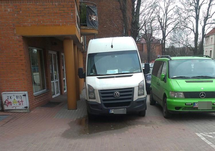 Chodnik dla pieszych czy jako parking? Mistrzowie(nie tylko)parkowania na Mickiewicza w Malborku - 03.02.2016
