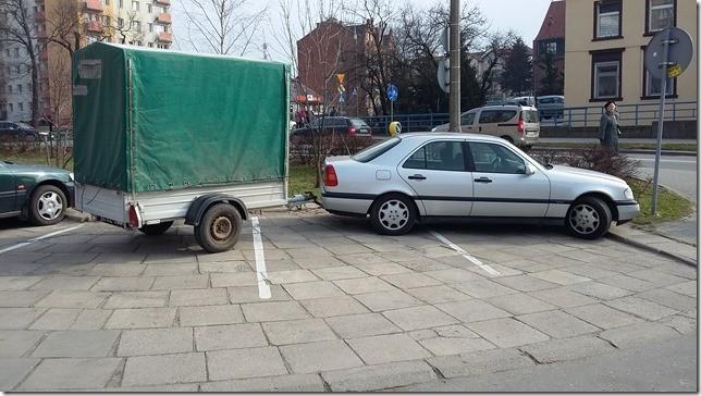 Jak określić takiego kierowcę? Zajął trzy miejsca parkingowe przy Mickiewicza w Malborku - 26.03.2016
