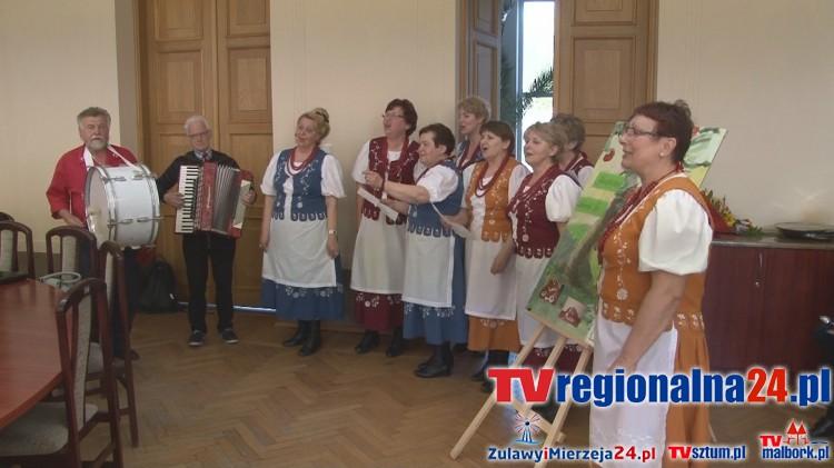 Starosta sztumski Wojciech Cymerys składa podziękowania KGW z Czernina podczas XIX Sesji Rady Powiatu Sztumskiego – 27.04.2016