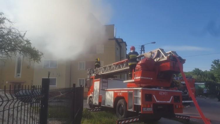 13 zastępów straży pożarnej walczyło z pożarem poddasza w Malborku…