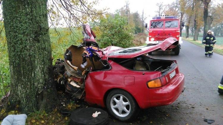 23-letni kierowca zginął na miejscu po zderzeniu z drzewem. Weekendowy…