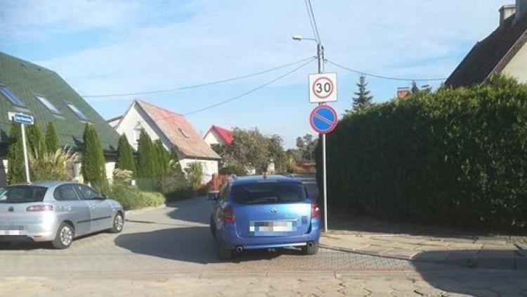 Mistrzowsko zablokowana ulica w Nowym Dworze Gdańskim. Mistrzowie (nie…